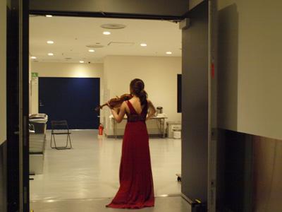 公演後楽屋へ向かう途中でヴァイオリンを弾くイェウン・チェ