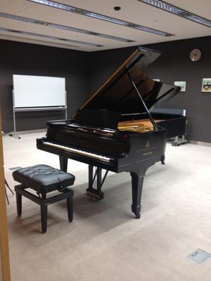 ガラス棟の会議室に設置されたピアノ